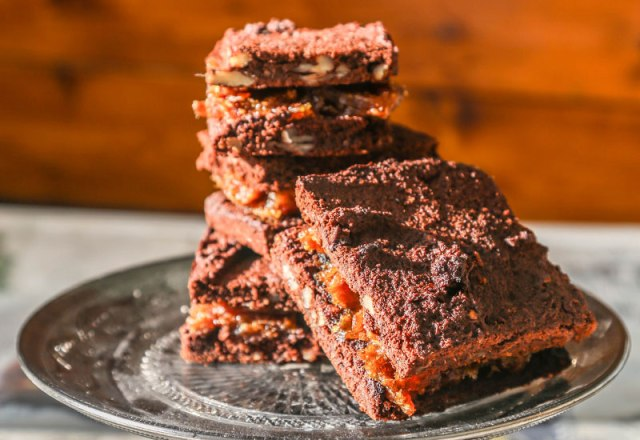 PECAN & BAOBAB BROWNIE SLICE WITH SALTED CARAMEL SPREAD