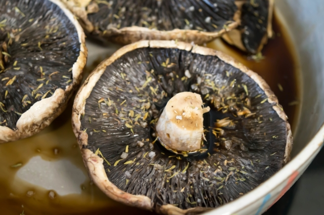 These Balsamic Roasted mushrooms are so simple and make a perfect brunch dish #vegan #fatfree