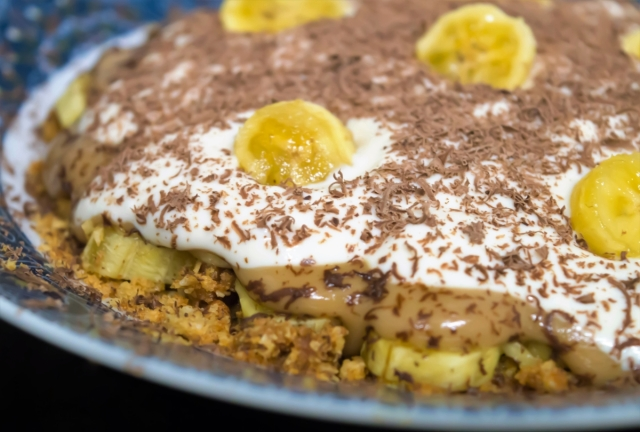 Healthy Decadent Banoffee Pie in 5 Minutes! Just 325 calories and 22% of your daily fibre! #vegan #glutenfree #healthy